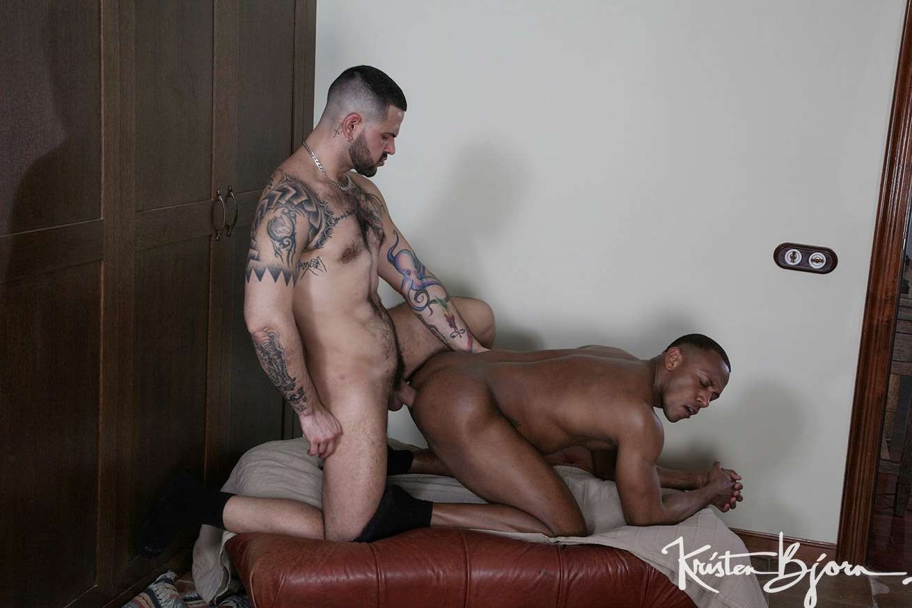 Casting Couch 430 – Aaron Caban & Santi Sexy
